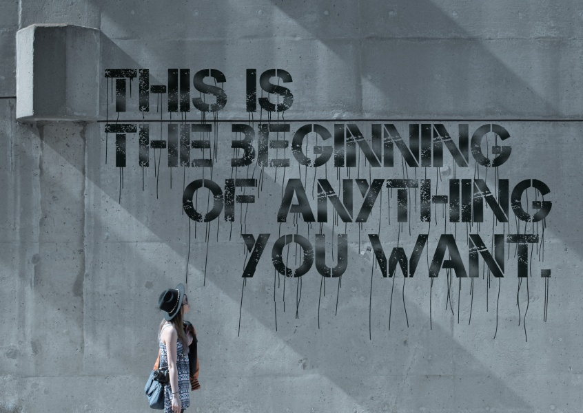 Betonwand mit dem Spruch: This is the beginning of anything you want.