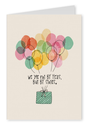 Illustrierte, bunte Luftballons, die ein Geschenk in die Luft heben, dazu der Spruch we age not by years but by stories