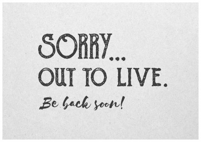 Postkarte Spruch Sorry, out to live. Be back soon!