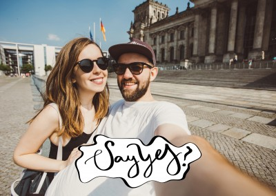 say yes in blau-weiß-roter Retroschrift