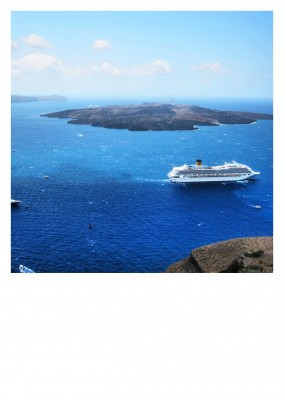 photo Santorini bird's eye view island with ship