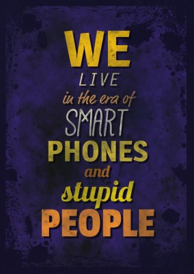 Vintage Spruch Postkarte: We live in the era of smart phones and stupid people
